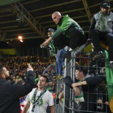 FC Nantes – ASSE (2-3) : Ryad Boudebouz pris à partie par des supporters !